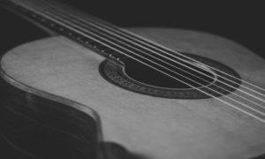 【トラスロッドの回し方:ギターがグッと弾きやすくなる!】