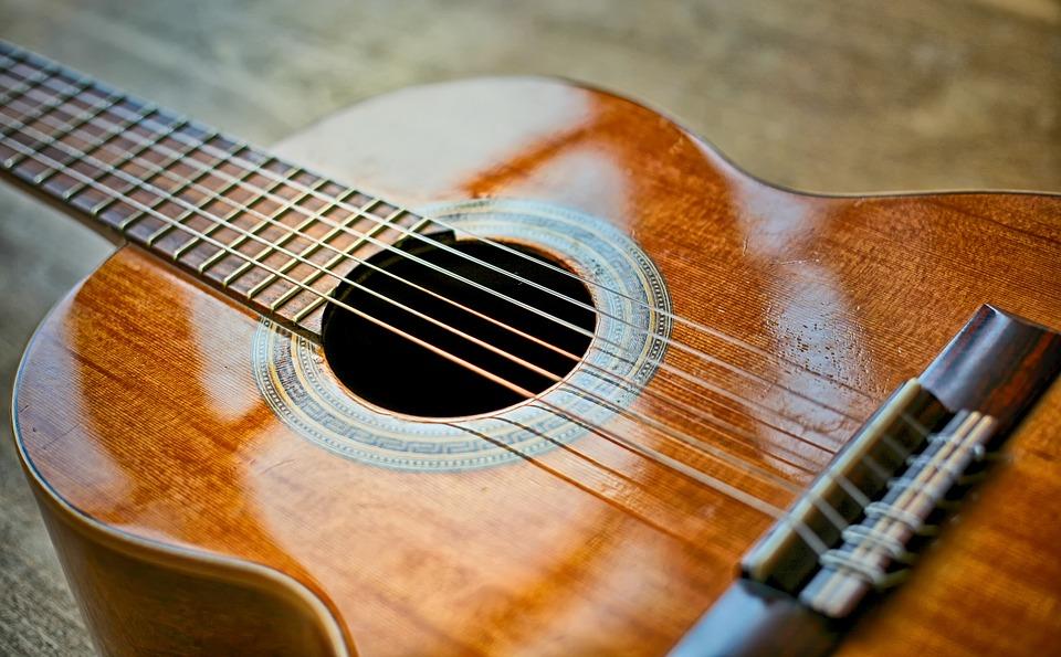 【ガットギターとクラシックギターとフォークギターの違い】